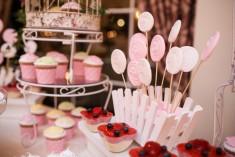 Cu un gust inconfundabil și nenumarate modalități de decor, este un desert ce se poate regăsi la o nuntă elegantă, la un botez vesel și animat sau la un eveniment corporate.