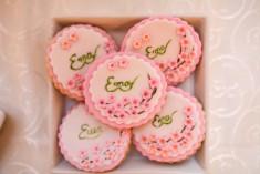 Surpindeți-vă plăcut invitații, oferindu-le mărturii dulci, care vor fi cu siguranță savurate pe loc și îndelung apreciate. Sweet land vă oferă posibilitatea de a alege între mărturii macarons, cupcakes sau biscuiți decorați. Vă invităm la o întâlnire pentru a alege decorul și aromele preferate