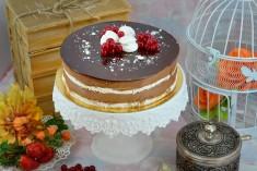 Conține : blat meringue, mousse de ciocolată neagră veritabilă și căpșuni