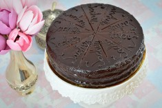 Conține: blat cu migdale si ciocolată veritabilă și gem de caise, glasat cu ciocolată